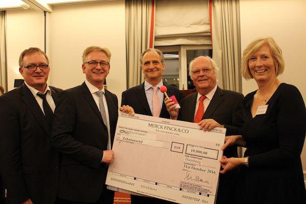Hände für Kinder receives a cheque for €10,000 from Friends of Britain