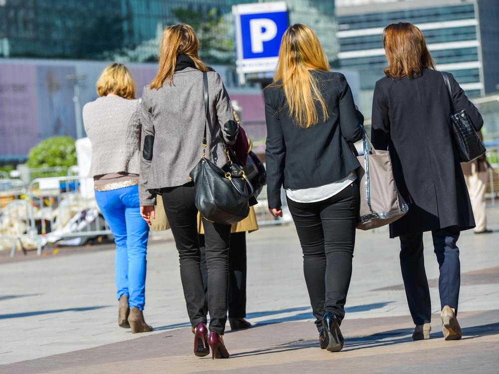 Quatre Françaises marchant vers un parking à Paris