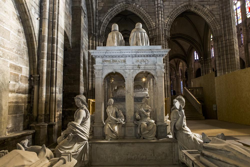 L'une des tombes à l'intérieur de la Basilique de Saint-Denis, Paris
