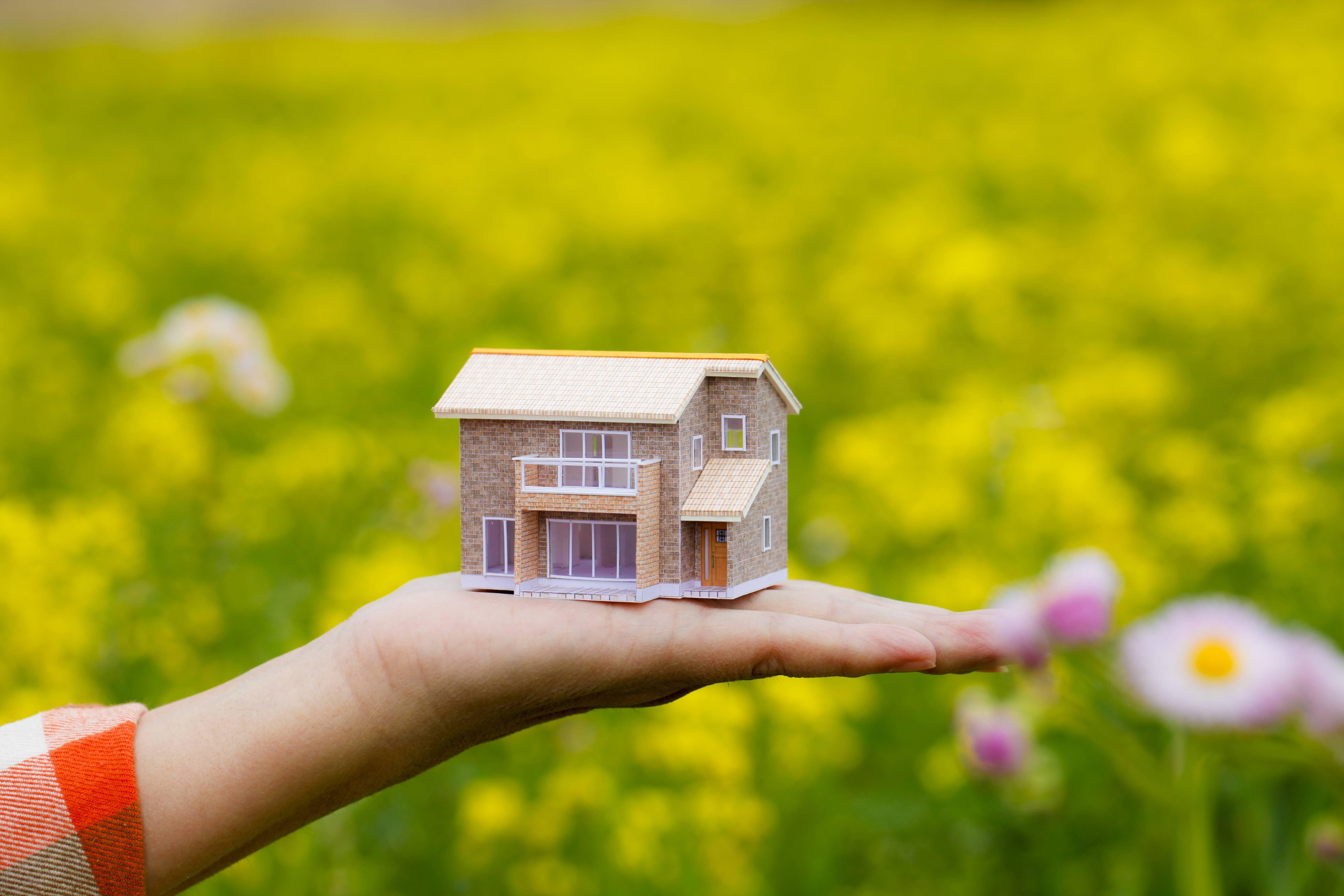 model-home-woman-hand-field-eco-living-smartexpat